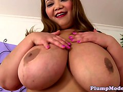 Solo plumper pussytoying in stockings